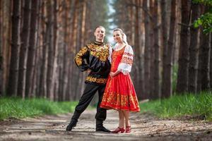 homem e mulher em roupas nacionais russas foto