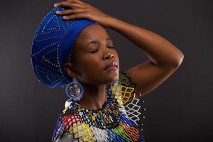 mulher africana em roupas tradicionais, com os olhos fechados