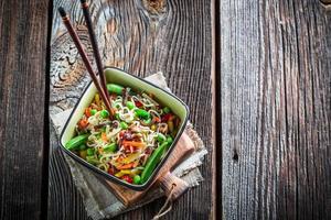 macarrão e legumes chineses