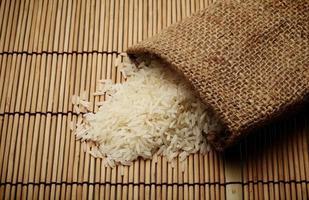 arroz cru branco em saco pequeno foto