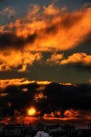 amanhecer vermelho. cidade.
