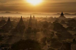 pôr do sol em bagan mandalay myanmar foto