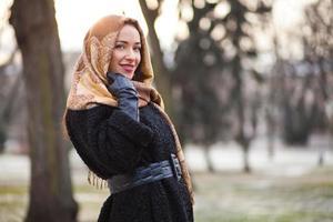 mulher de negócios usando lenço na cabeça