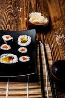 conjunto de sushi maravilhoso, tema oriental na mesa de madeira velha