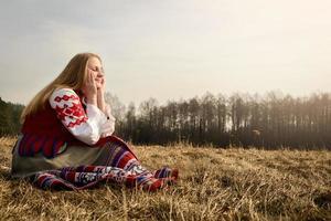 jovem mulher eslava bielorrusso nacional original roupa ao ar livre foto