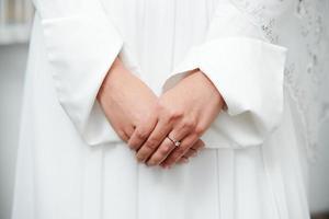 linda jovem noiva oriental se preparando para o casamento foto