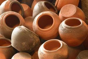 copo de barro de cerâmica artesanal foto