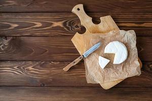 pedaço de camembert com faca foto