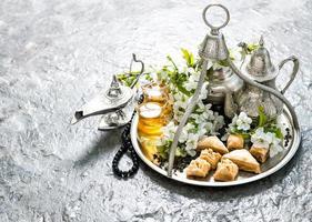 bule de chá e copos, doces. feriados islâmicos. hari raya aidilfitri foto