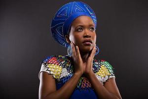 mulher zulu africana pensativa olhando para cima foto