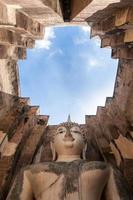 antiga estátua de Buda. parque histórico de sukhothai, tailândia foto