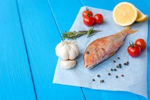 salmonete cru em pergaminho antes de cozinhar