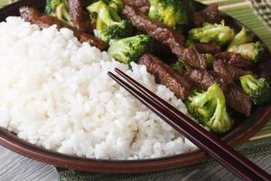 carne asiática com macro brócolis e arroz. horizontal foto