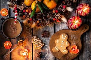 biscoitos caseiros de gengibre de Natal na mesa de madeira foto