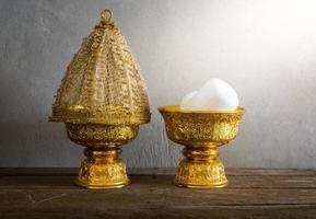 grupo de bandeja de ouro de Tailândia com pedestal foto
