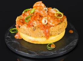 polenta, bolinho de peixe e camarão picante