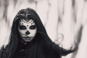 mulher bonita com maquiagem de caveira de açúcar de halloween