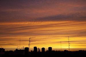 vista do amanhecer sobre os telhados foto