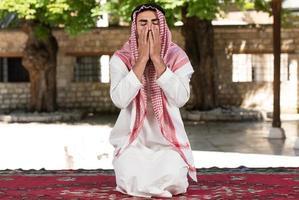 homem muçulmano está rezando na mesquita