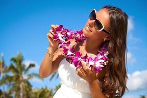 retrato de uma linda jovem na praia foto
