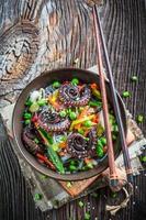 prato asiático tradicional com polvo e macarrão