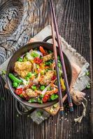 closeup de legumes chineses com frango com gergelim