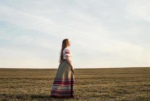 jovem mulher eslava bielorrusso nacional original roupa ao ar livre