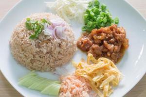 arroz misturado com pasta de camarão
