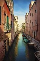 canal de água estreita em Veneza