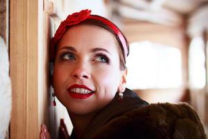 garota russa feliz com bandana foto