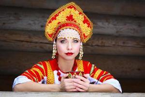 menina russa em um kokoshnik foto