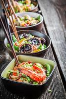 alguns macarrão asiático tradicional com frutos do mar
