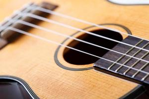 guitarra havaiana pequena do ukulele de quatro cordas foto