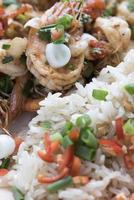 camarões fritos com pimentões e cebolinha, comida asiática foto