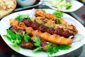 kebab afegão com salsa foto