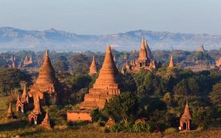 os templos de bagan ao nascer do sol, mandalay, myanmar foto