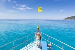 proa de barco no mar; ilha similan; Tailândia