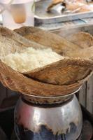 fazendo arroz cozido no vapor em panela foto