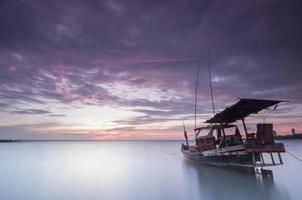 barco modificar o telhado com nuvens violetas foto