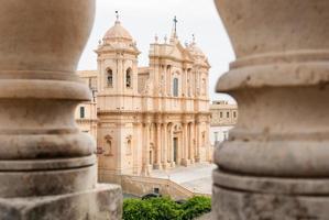 a catedral barroca de noto, vista através de duas colunas