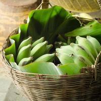 cesta de banana verde de frutas tailandesas