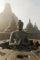 Templo de Borobudur ao nascer do sol, Indonésia. foto