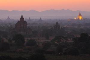 antes do pôr do sol em myanmar foto