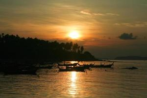 nascer do sol na praia de phuket