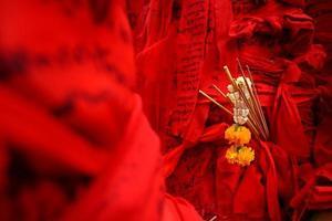 escrito pela fé no pano vermelho
