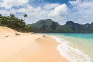 praia deslumbrante em el nido, filipinas