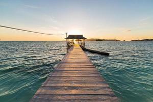 cais com turista ao nascer do sol foto