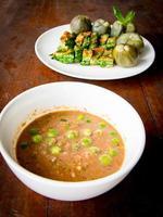 molho de malagueta com pasta de camarão (nam prik ka pi) foto