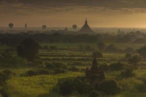 balão ai bagan nascer do sol, myanmar foto
