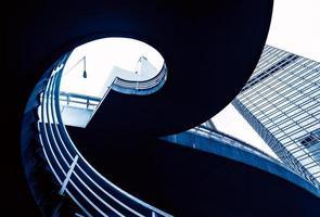 viaduto para pedestres em escada em espiral
